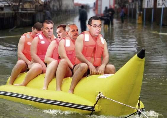 Foto! Impresionaţi de inundaţie, Ponta şi alţi politicieni s-au dat cu banana prin Teleorman