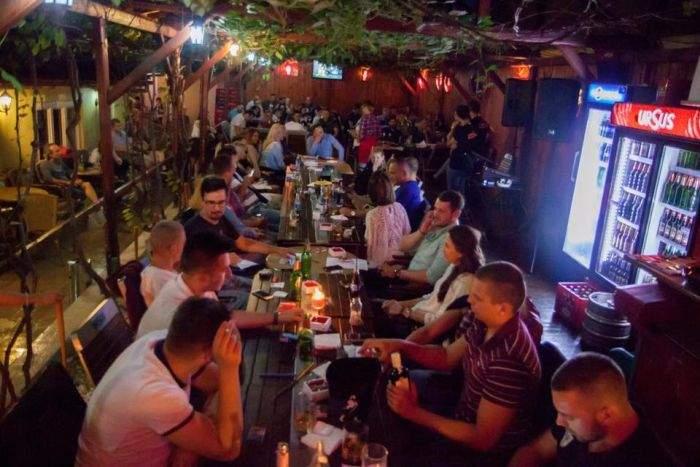 """În loc să dea sute de euro pe chirie, un student din Cluj își petrece nopțile în bar: """"Ies mult mai ieftin așa!"""""""