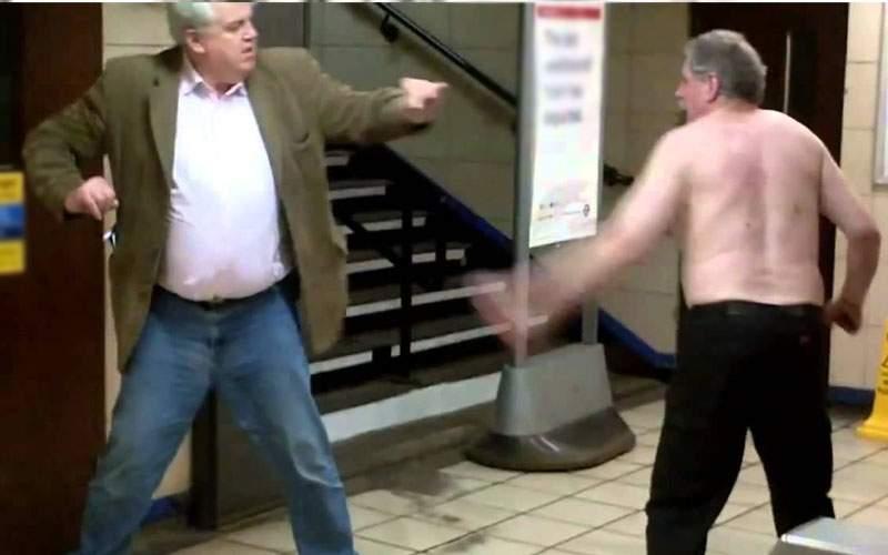 Bărbatul care ataca femei pe stradă, atacat de bărbatul care atacă bărbaţi pe stradă
