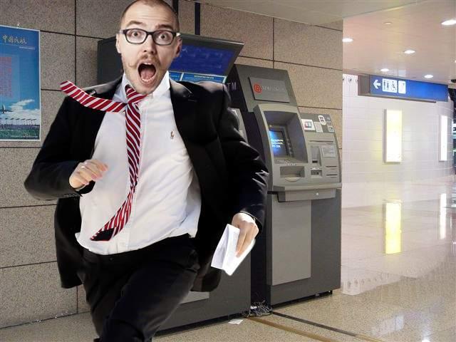 Un român are un detector pe card care țiuie când se apropie de un bancomat care îți ia comision
