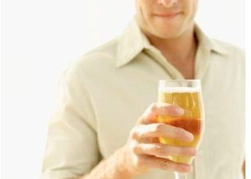 Un bărbat se laudă că n-a folosit niciodată scuze în faţa nevestei ca să iasă la bere