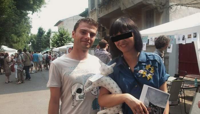 Un român doarme încălţat! Soţia i-a reproşat că singura lui pereche de pantofi ocupă prea mult loc