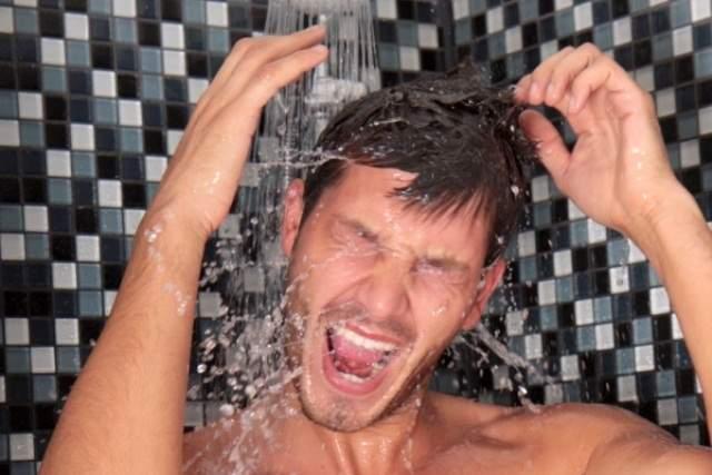 """Apă caldă întreruptă! Bucureștenii, iritați că nu se pot masturba la duș: """"Cu apă rece nu se scoală"""""""