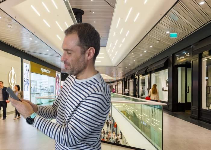 Un bărbat care aştepta soţia în mall spune că ar fi murit de plictiseală dacă nu se inventa smartphone-ul