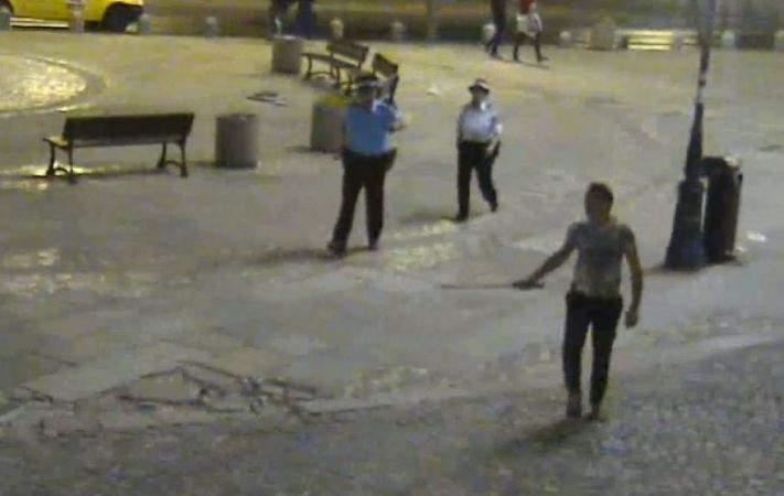 """Românul care îşi căuta soacra cu sabia prin Centrul Vechi a fost oprit de poliţişti, care i-au dat un pistol: """"E mai sigur!"""""""