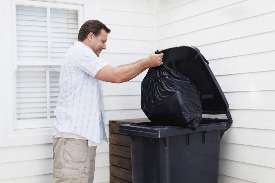 Caz clasic de spălare pe creier! Un bărbat spune că duce gunoiul din proprie iniţiativă