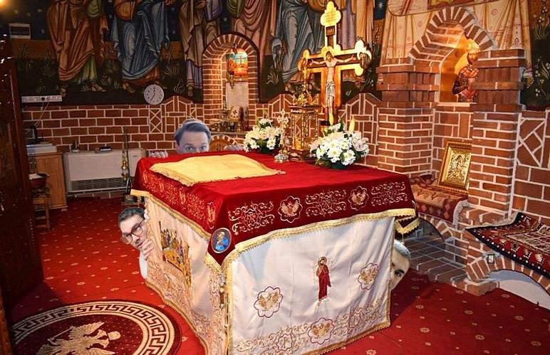 Disperare de Mărțișor! 15 bărbaţi s-au ascuns după un altar, că acolo n-au voie femeile