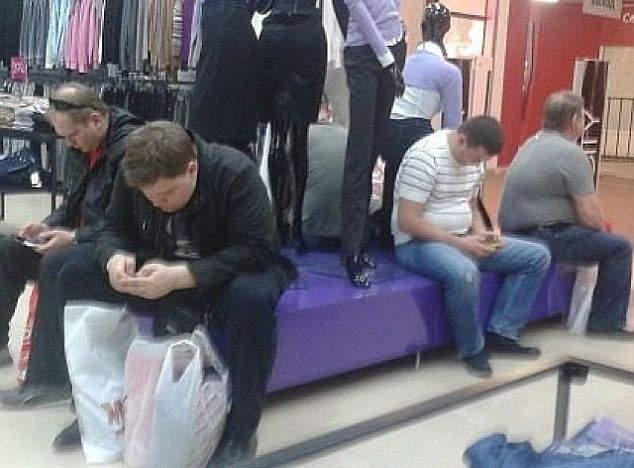 O nouă modă printre swingeri! Bărbații își schimbă nevestele pe care trebuie să le aștepte în mall