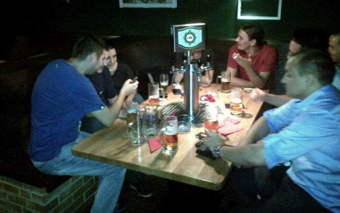 Ineficiență! Un grup de prieteni discută zilnic la bere criza refugiaților și încă n-a găsit soluția