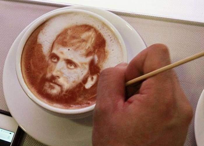 A apărut un barista creştin, care în loc de flori sau urşi îţi desenează un Arsenie Boca pe cafea