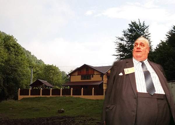 Alunecare de teren suspectă! Un baron PSD susţine că i-a alunecat vila cu tot cu gard într-un parc natural