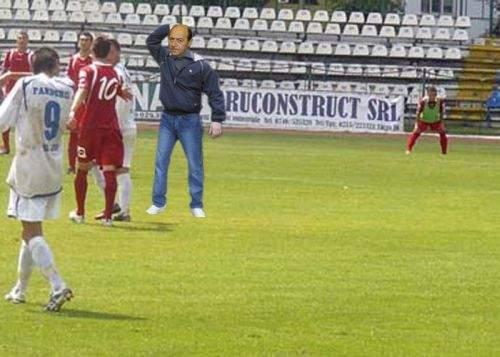 Traian Băsescu a intrat pe teren în timpul unui meci de juniori şi a pocnit un copil