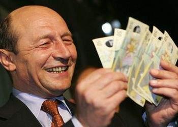 """Băsescu îl parafrazează pe Iliescu: """"Voi ieși din politică cu mâinile la spate, încătușate"""""""
