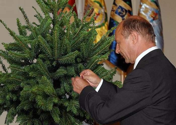 Preşedintele Băsescu a decorat un brad de Crăciun cu ordinul Steaua României