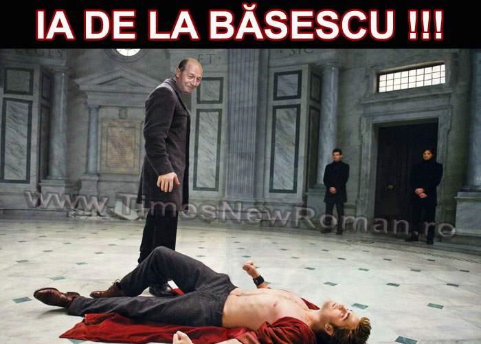 Băsescu, surprins când se uita cu poftă după un dos de palmă
