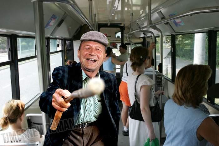 """Abia pensionat, Băsescu a jignit o fată care nu i-a cedat scaunul în autobuz: """"Tânără împuțită!"""""""