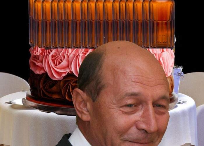 Poza zilei! În loc de lumânări, pe tortul lui Băsescu au fost puse 62 de sticle de whisky