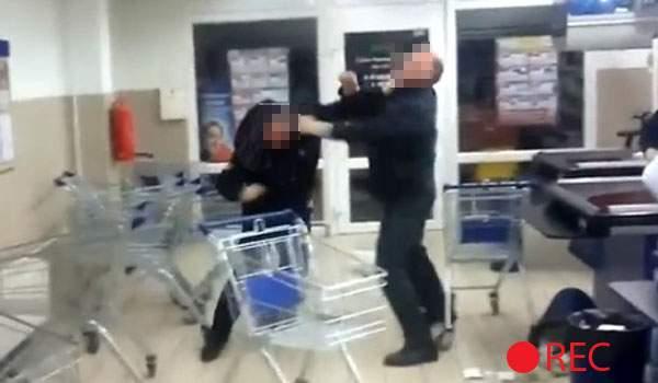 A început febra cumpărăturilor! Un român s-a bătut cu propria soţie pentru un coş, în supermarket