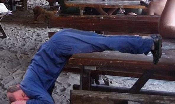 Batman în România? Un bețiv stă de 3 zile cu capul în jos la o terasă din Vama Veche