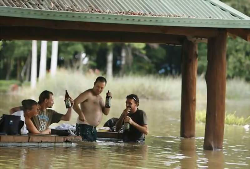 Atât de tipic! În Halkidiki sunt inundaţii masive şi mii de români aflaţi acolo stau în birturi