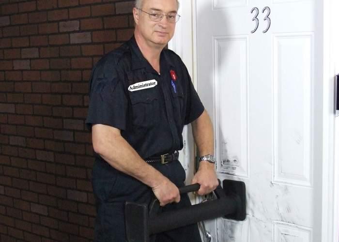 Administratorii de bloc vor primi berbece pentru a putea intra în apartamentele rău-platnicilor