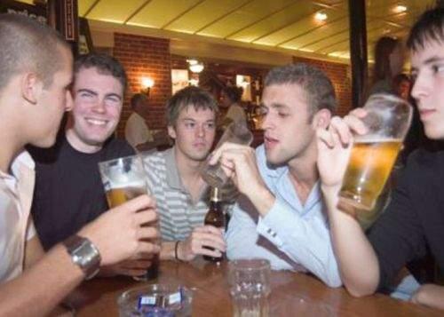 Studiu: un bărbat bea în medie cu cel puţin 5 beri mai mult decât recunoaşte acasă