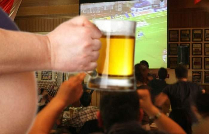 Cine a spus că sportul e sănătos? 174.000 de cazuri de burtă de bere, provocate de fotbal în 2016