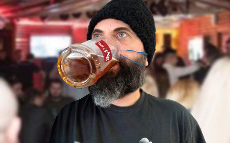 Fiindcă nu se găsesc măşti, românii îşi acoperă nasul şi gura cu halbe de bere