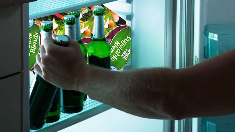 Ingenios! Un bărbat ascunde berile în pungile cu legume congelate ale soției și le bea tot timpul reci