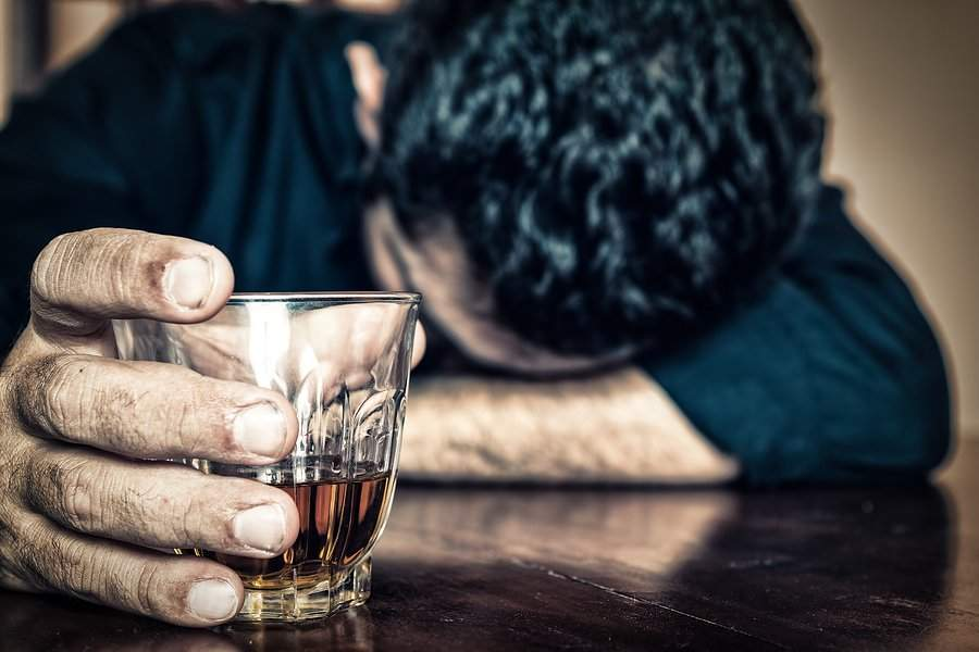 Brăileanul care fugărea pesedişti cu maceta, în comă alcoolică. Toţi i-au dat de băut!