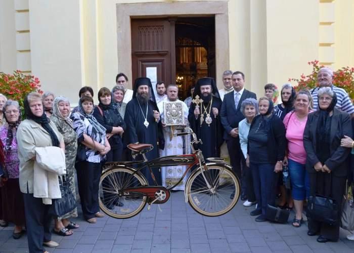 """Şi-a legat bicicleta de gardul bisericii şi a găsit un bilet cu """"Mulţumim pentru donaţie, fiule!"""""""