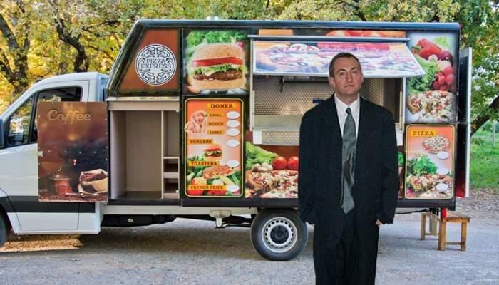 Străin în ţara lui. Un român a cerut un burger de hipsteri, dar n-a primit, că nu avea bicicletă vintage