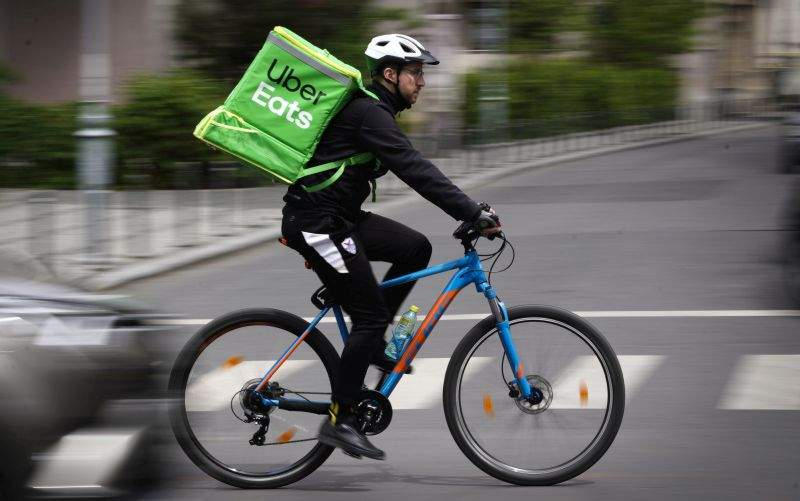 Biciclist Uber, bănuit că s-a dopat! A dus o ciorbă din Unirii în Pipera în doar 8 minute