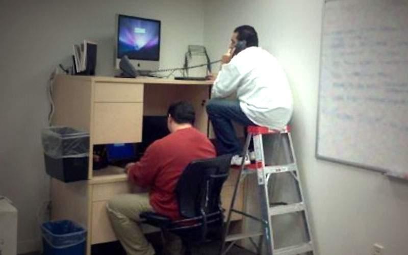Au apărut birourile supraetajate, ca să respectăm normele de distanțare la job
