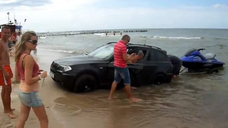 Turiştii români explică de ce intră cu maşina în mare: dacă o laşi la cearceaf ţi-o fură!