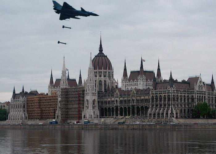 Neatenţie! Avionul militar trimis în Ungaria a scăpat două bombe deasupra Parlamentului maghiar