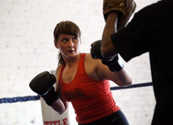 Păruieli, istericale şi unghii rupte la o gală de box feminin