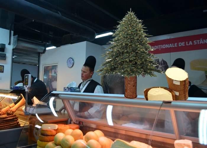Surpriză frumoasă în magazinul lui Ghiţă Ciobanul: Brazi de Crăciun cu scoarţa plină de brânză