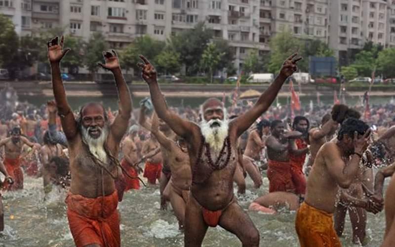 Bucureştenii care se spală în Dâmboviţa acuză: Nu mai aruncaţi ulei în râu, jegoşilor!