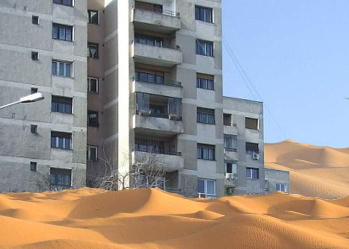 Dune de nisip acoperă oraşul! Mii de bucureşteni veniţi de la mare şi-au scuturat slipul pe balcon