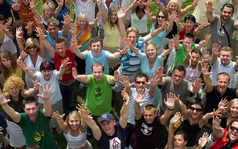 Val de entuziasm printre români! Din 15 iunie avem voie să scuipăm din nou pe jos