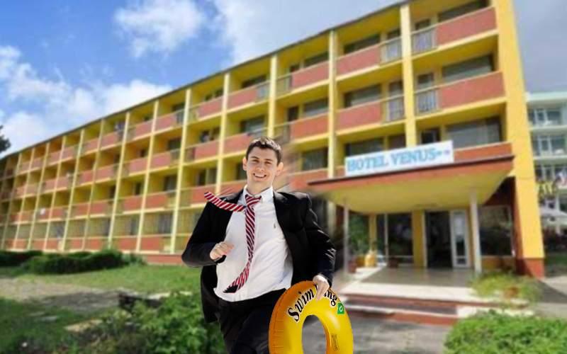 Proprietarul unui hotel de pe litoral roagă turiştii bugetari să nu mai rupă uşa la 15:00