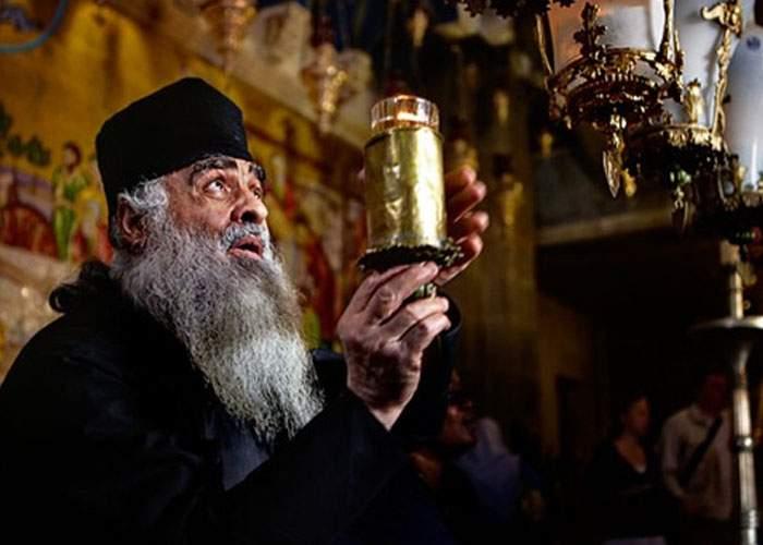 Anul ăsta, lumina de la Ierusalim s-a aprins singură abia din 3 încercări: Trebuie schimbată bujia