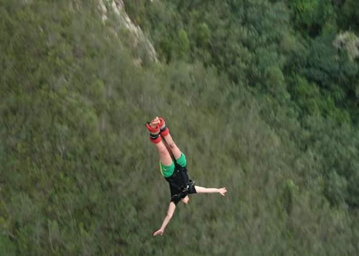 Şocant! Un practicant de bungee jumping wireless a supravieţuit impactului cu solul