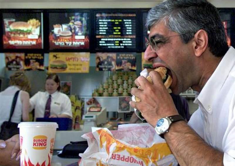 Un bărbat care a mâncat la Burger King cât proba soţia haine are acum 400 kg