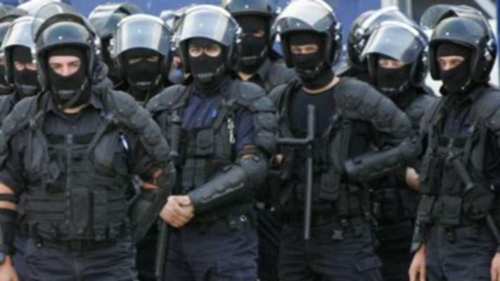Jandarmeria: Cetăţenilor care întorc spatele la defilare le e cald cu dinţii în gură