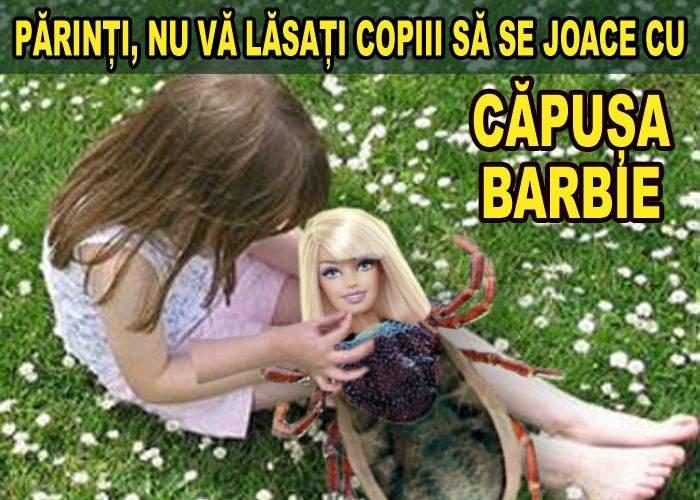 Sute de copii merg în parc să se joace cu căpușele Barbie