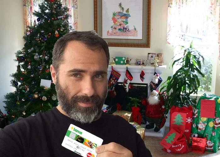 Un român ingenios şi-a pus cardul de salariu sub brad, să-i bage Moşu' bani pe card