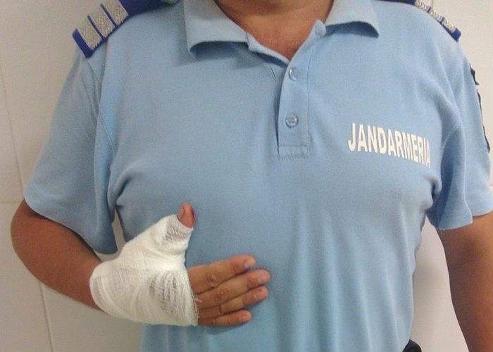 Implicare totală! Carmen Dan a venit la spital să-l ajute să se masturbeze pe jandarmul cu degetul luxat!