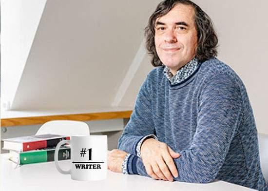 Cărtărescu e şi în 2020 cel mai bun scriitor din lume, potrivit cănii de la el de pe birou